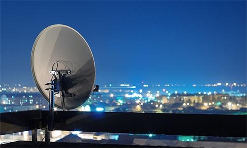 Satellitenschüssel auf Dach