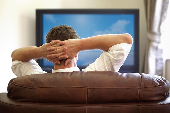 Mann vor dem Fernseher